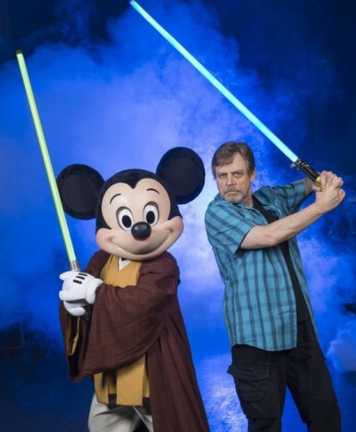 mark-hamill-strikes-jedi-pose-with-mickey-mouse-1