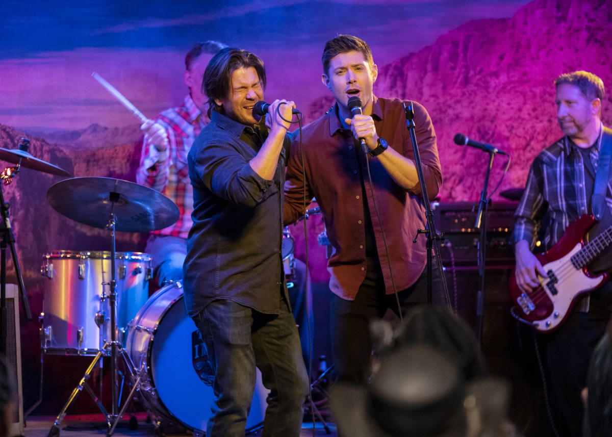 "Supernatural -- ""Last Call"" -- Image Number: SN1507b_0181b.jpg -- Pictured (L-R): Christian Kane as Lee Webb and Jensen Ackles as Dean -- Photo: Michael Courtney/The CW -- © 2019 The CW Network, LLC. All Rights Reserved."