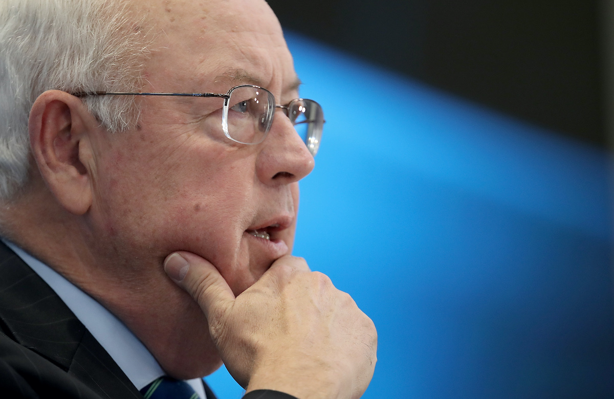 Ken Starr rests his hand in his chin.