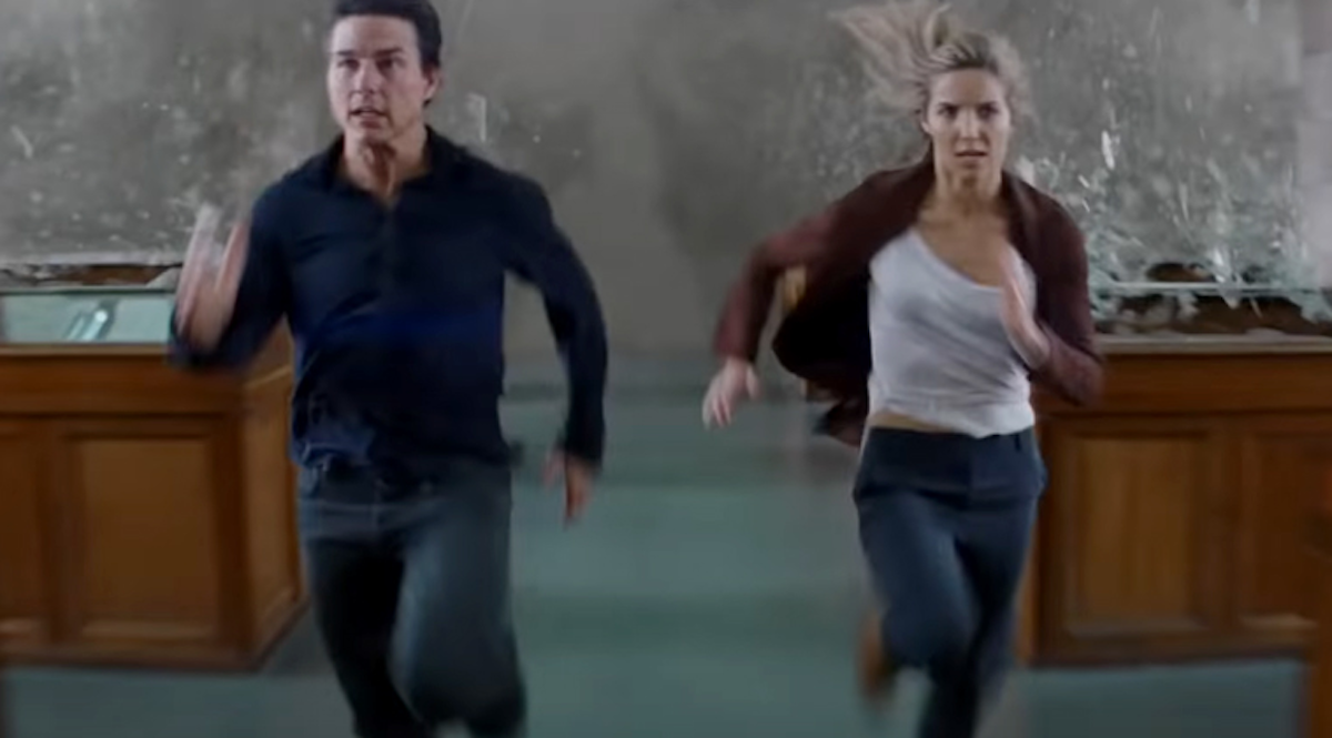 Tom Cruise and Annabelle Wallis running in the Mummy